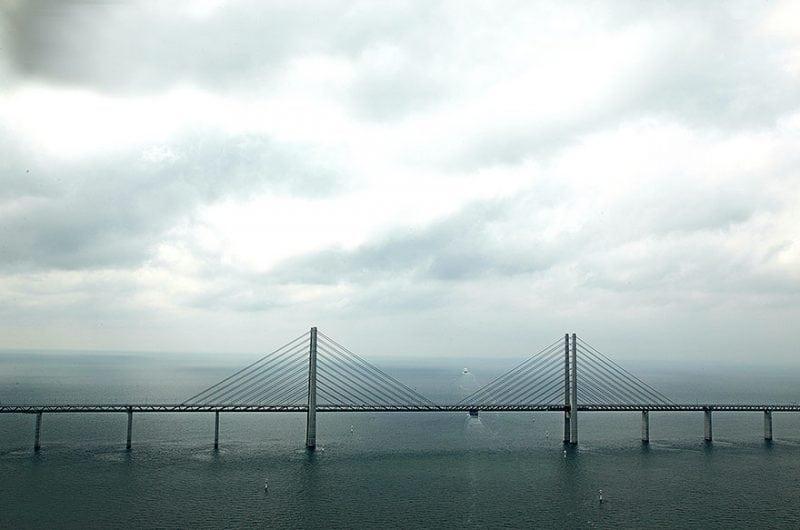 Эта дорога между Данией и Швецией на середине пролива переходит с моста в подводный тоннель…