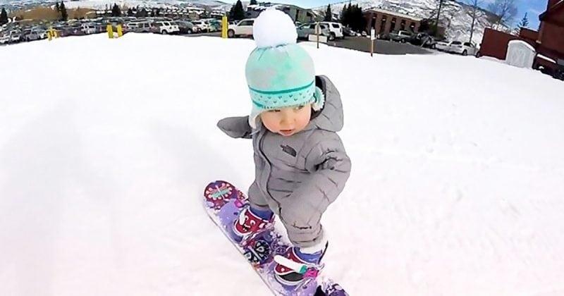 Бесстрашная малышка покоряет склон на сноуборде