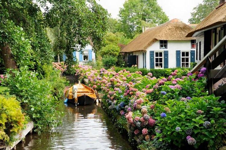 Эта деревня, в которой нет дорог, словно из волшебной сказки