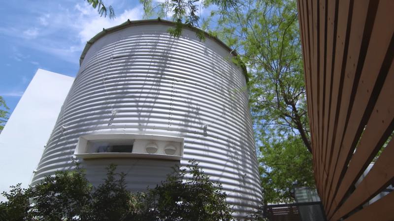 Каждый день муж и жена залезали в силосную башню. Соседи и представить не могли, что они там делали!