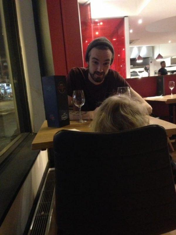 Благородный поступок официанта, который пришел на помощь к маме с дочкой