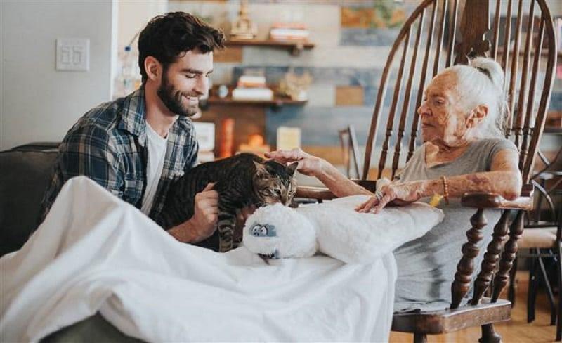 Этот парень перебрался жить к своей 89-летней соседке. Ты даже не представляешь, ЗАЧЕМ он это сделал!
