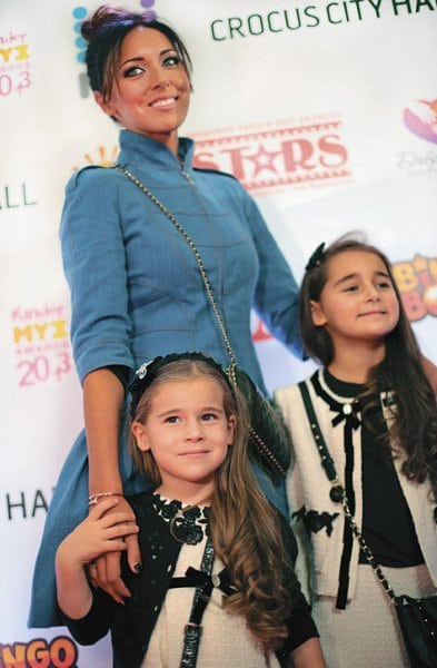 Певица Алсу шокировала всех, показав мужа и их подросших дочерей