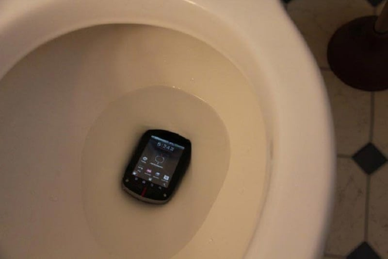 Никогда не берите с собой телефон в уборную. Совет от специалиста по гигиене