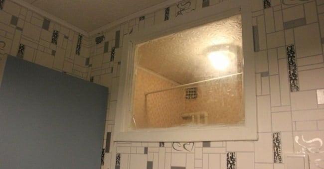 Так вот для чего это окошко между кухней и туалетом!