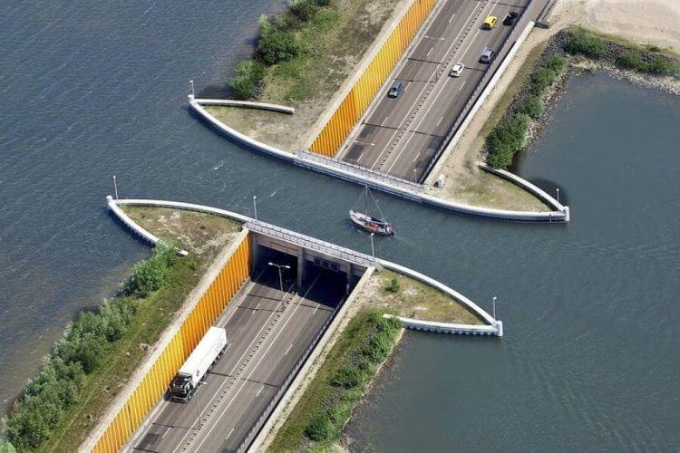 В Голландии построили водный мост, который ломает все законы физики!
