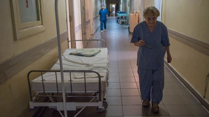 Хирург со стажем в 65 лет, сделавшая 10 000 операций, не планирует выходить на пенсию