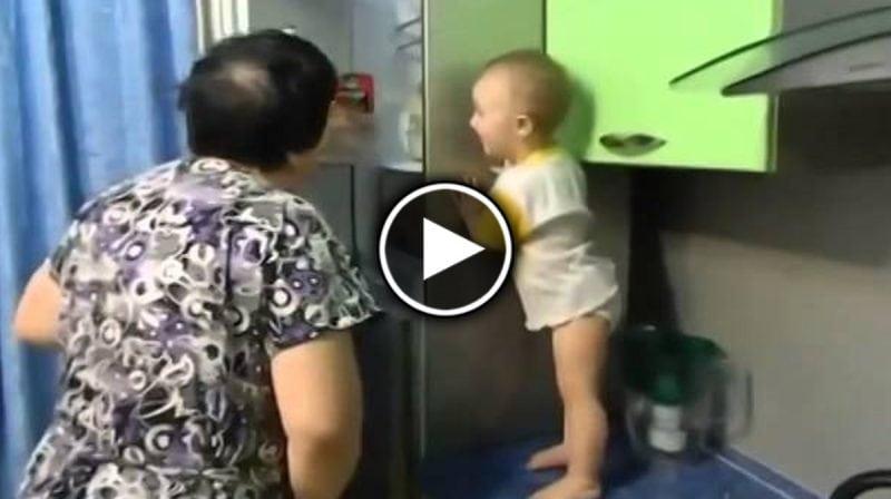 Бабушка весело проводит время с маленькой внучкой