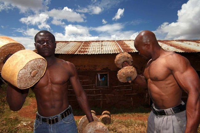Эти ребята живут в Африке и тренируются под открытым небом! Ты все еще считаешь, что тебе некогда ходить в зал?