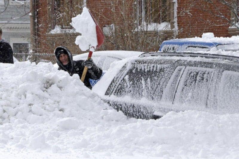Отец чистил машину от снега в то время как его жена и дети умирали внутри... Эта новость потрясла весь Интернет...