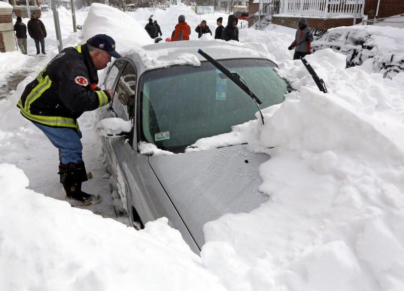 Отец чистил машину от снега в то время как его жена и дети умирали внутри...Эта новость потрясла весь Интернет...