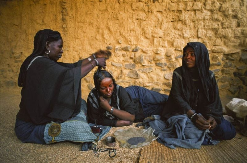 Это племя где женщины управляют всем, а мужчины не имеют прав. Рай для феминисток