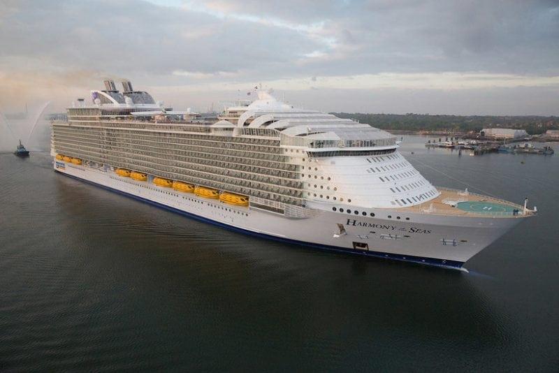Самый огромный в мире круизный лайнер принял первых пассажиров. Целый город на воде!