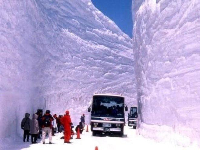 Снежный тоннель в Японии. Захватывающее зрелище!