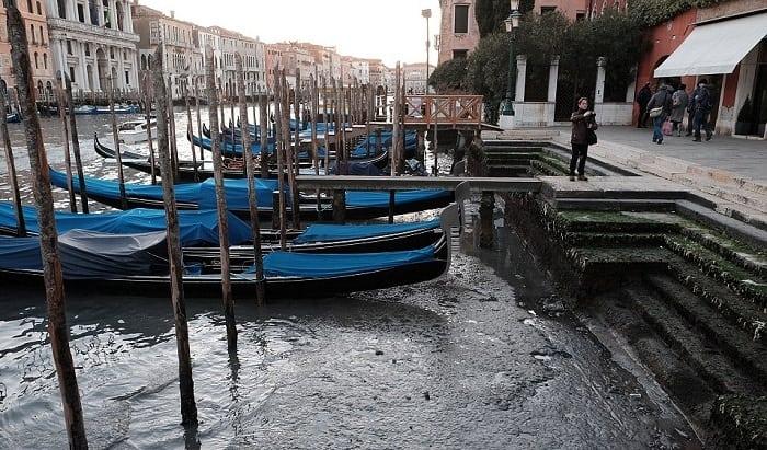 В каналах Венеции пересохла вода. Уникальные кадры