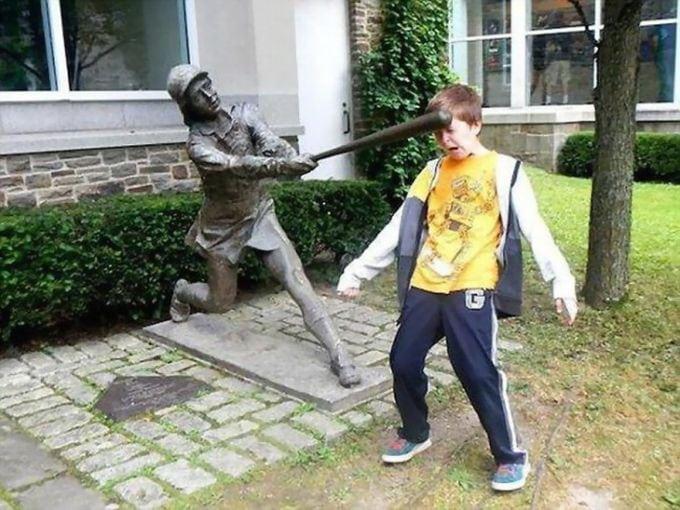 Забавные фотографии детей возле памятников!