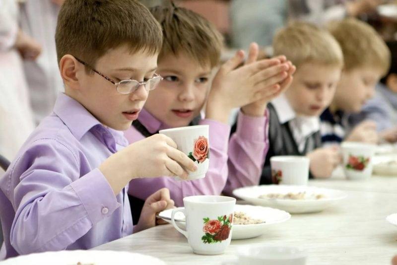 Богатых и бедных детей в школе теперь кормят разной едой. Родители бьют тревогу!