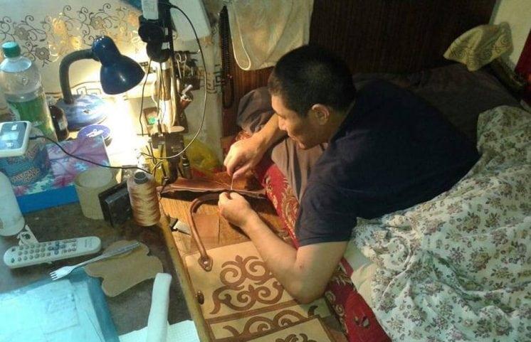 Жена бросила мужа-инвалида погибать, но он не сдался и наладил производство дорогих сумок из кожи