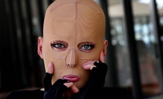 Девушка без лица: она сняла маску и показала всем свое лицо