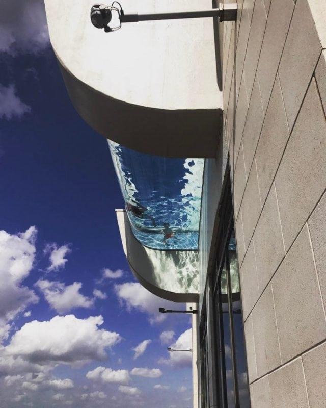 Экстремальный бассейн на 42 этаже с прозрачным дном. А вы бы рискнули?