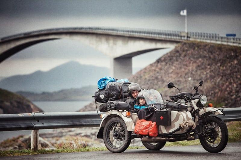 Эта семья поехала в путешествие по Европе на мотоцикле