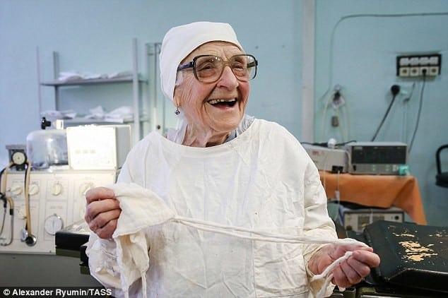 Этой женщине 90 лет, а она до сих пор работает хирургом!