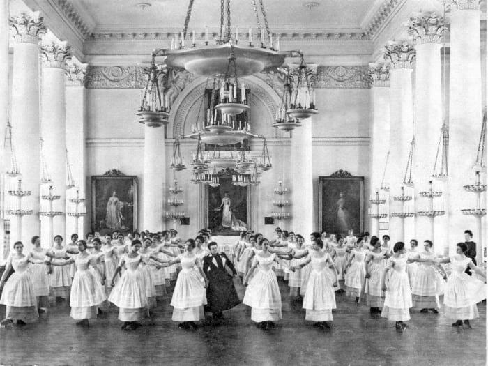 Институт благородных девиц: вот как воспитывали приличных жен