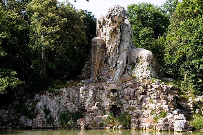 Каменная скульптура 16 века таит в себе целый особняк!