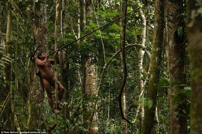 Люди из этого племени до сих пор живут как в первобытном мире!