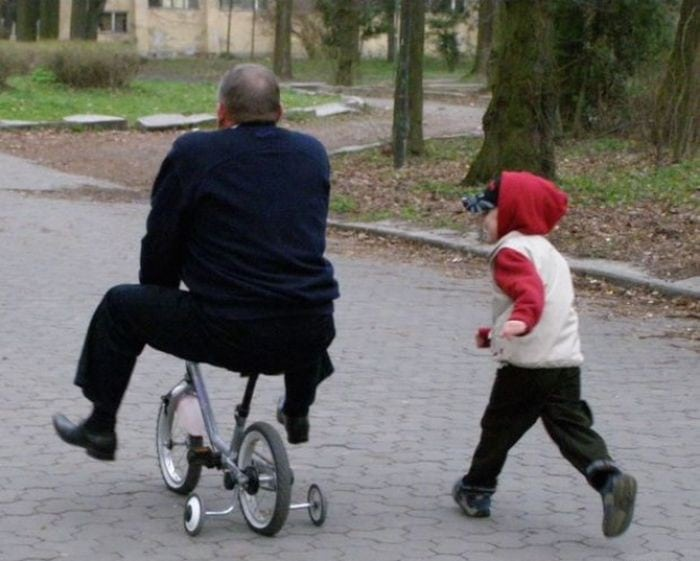 Мужчины маленькие дети, которые кажется никогда не вырастут
