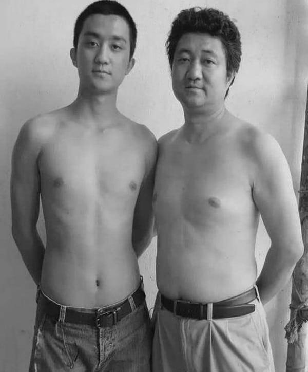 Отец делал фотографию со своим сыном каждый год с момента его рождения. Очень трогательно!