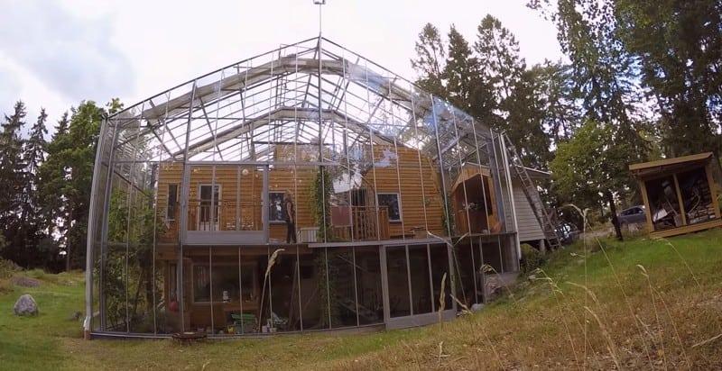 Пара из Швеции установили гигантскую теплицу вокруг дома. Для чего они это сделали?