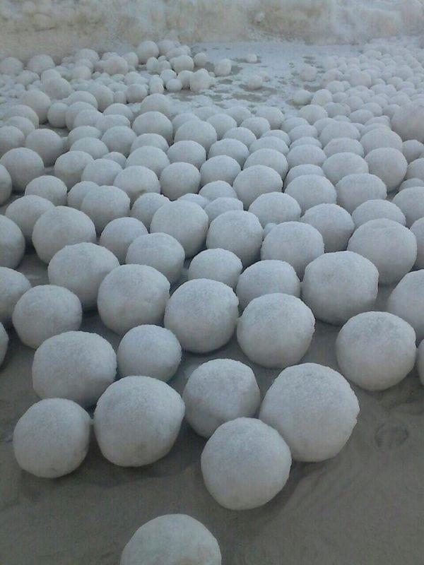 Природный феномен в Заполярье: большие шары из снега на побережье