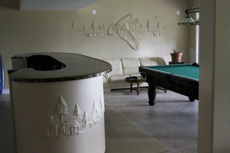 Строитель украшает стены при помощи шпатлевки. Настоящий талант!