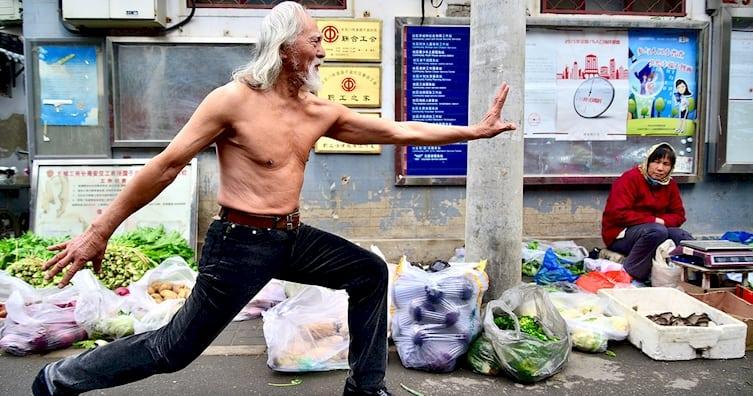 В 80 лет этот дедушка из Китая вышел на подиум и показал свою отличную форму!
