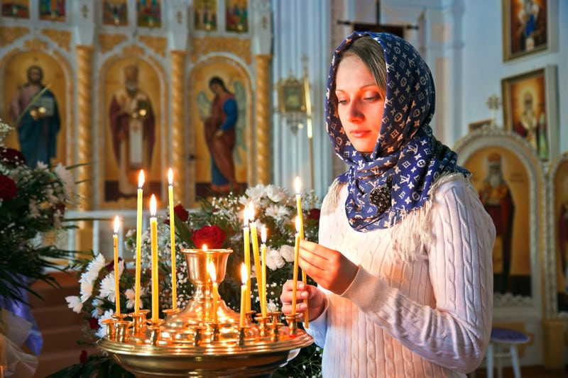В церкви нельзя зажигать свечу о чужую. И вот почему...