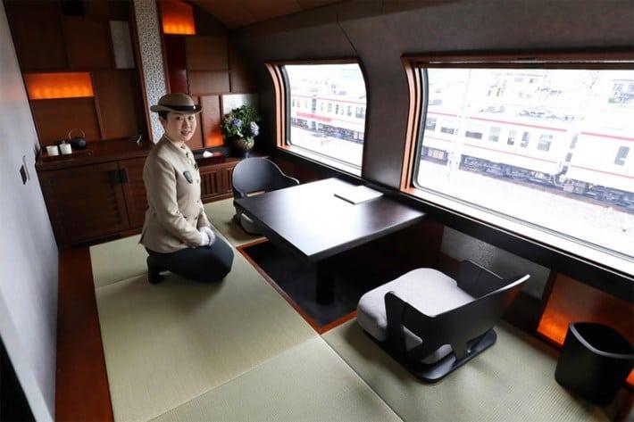 В Японии пустили новый поезд класса ЛЮКС. Обычному человеку туда практически не попасть!
