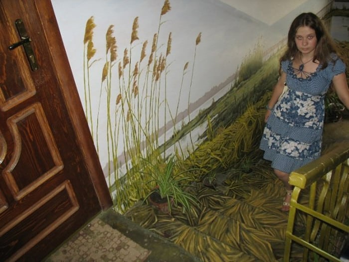 Житель Астрахани сделал из своего подъезда картинную галерею