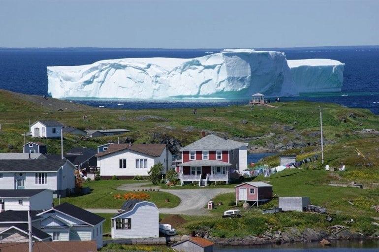 Огромный айсберг подплыл к берегам Канады. Потрясающее зрелище!