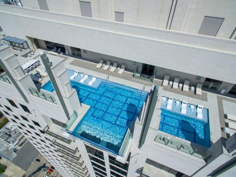 Прозрачный бассейн на 40-м этаже здания. Рискнули бы?