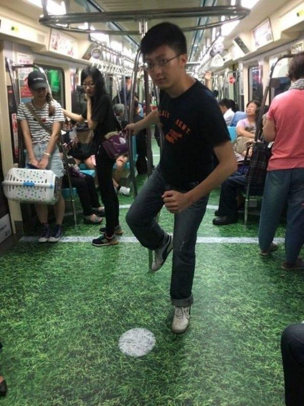 10 неожиданных фотографий пола в метро. Оригинально!