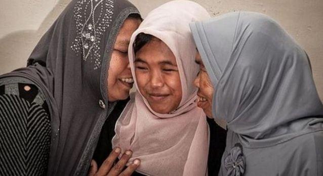 12 лет назад их дочь унесло Цунами. Но совершенно случайно мужчина заметил знакомую девочку...
