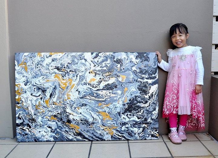 5-летняя девочка пишет потрясающие картины и продает их ради благотворительности