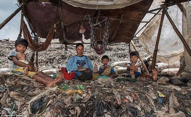 Дом на свалке: около 3000 человек в Индонезии живет посреди мусора