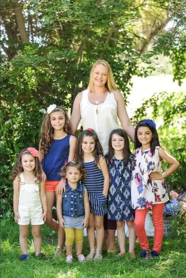 Этой девушке всего 25, а у неё уже 6 дочерей. Вот как такое случилось...