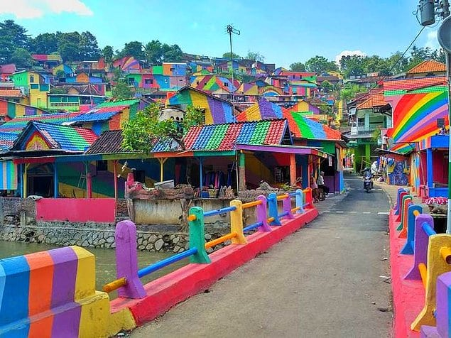 Кампунг Пеланги — самая яркая деревушка в Индонезии