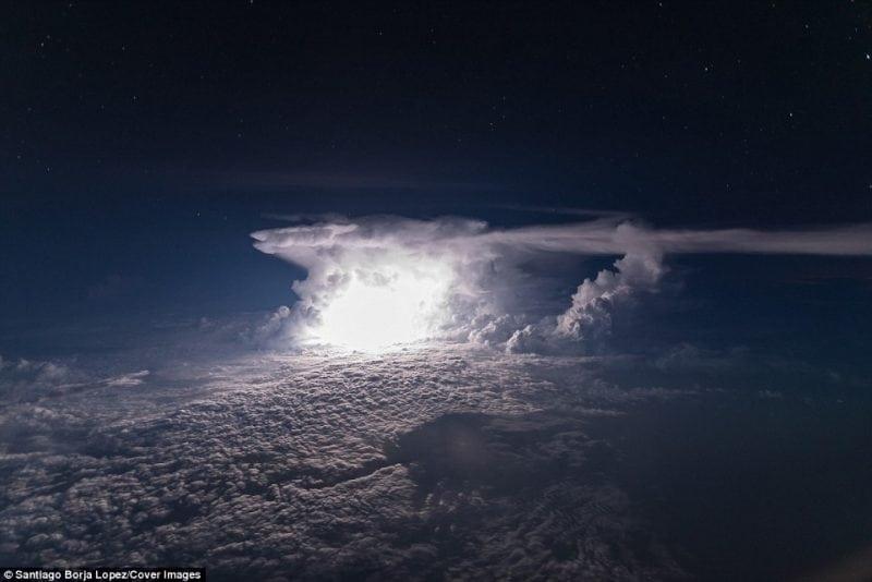 Летчик пассажирского боинга сфотографировал бесподобно красивую грозу над Амазонкой