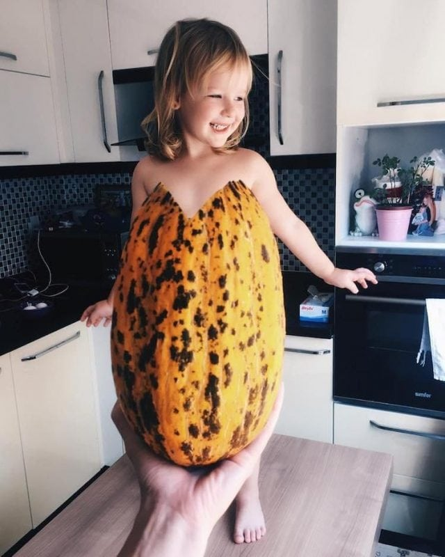 Мама придумывает необычные образы для фотосессии 3-летней дочки