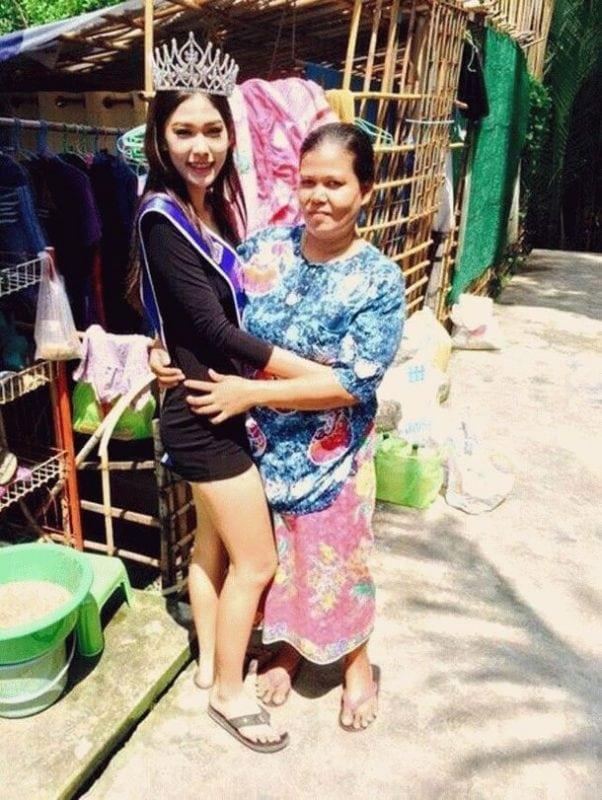 Мисс Таиланд встала на колени перед матерью, которая работает на мусорке