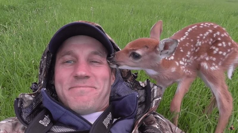 парень спас олененка